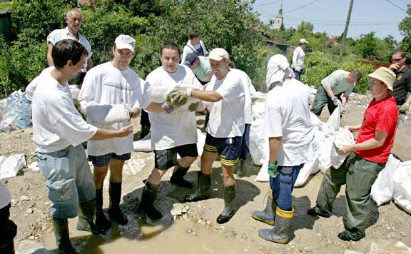 Gátépítés. Ezrek végeznek önkéntes munkát árvízhelyzetben is (Fotó: MH)