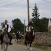 Két megyét bejárva egy székely zászlót és egy tarisznyát adnak át egymásnak a lovasok, melybe minden településen egy marék föld kerül, amellyel majd a közösség fájának gyökerét táplálják. / Forrás: delyilovas.ro