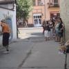 Utcaművészet az Izlog Ideja színházklubbal szembeni átjáróban